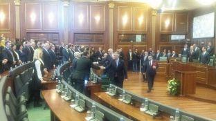 Nis mbledhja solemne e Kuvendit për Pavarësinë, Vetëvendosje e Nisma mungojnë
