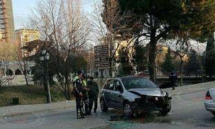 Aksident në Tiranë, automjeti del nga rruga e përplaset me pemët