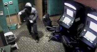Tentoi të grabiste kazinonë me një pistoletë lodër, rrahet nga roja