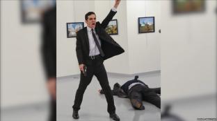 Fotografia e vrasjes së ambasadorit rus në Turqi fiton garën e shtypit në botë