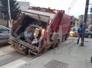 Kamioni i pastrimit ngec në pusetë të hapur