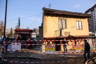 """Për shkak të rrezikut izolohet objekti i vjetër në rrugën """"Luan Haradinaj"""""""