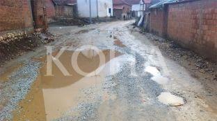 Banorët e Ferizajt prej dy vjetësh presin asfaltimin e rrugicës